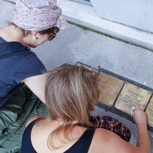 Reinigung von Stolpersteinen in Wien